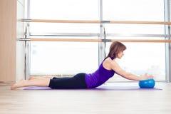 yoga för kvinna för stabilitet för pilates för bollkonditionidrottshall Arkivfoton