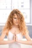 Yoga-Gebethaltung des hübschen Mädchens übende Stockbilder