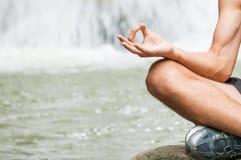 Yoga am gesunden Lebensstil des Wasserfalls Stockbild
