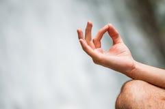 Yoga am gesunden Lebensstil des Wasserfalls Stockfotografie