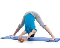 Yoga - giovane bella donna che fa il excerise di asana di yoga isolato Fotografia Stock Libera da Diritti