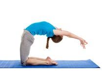 Yoga - giovane bella donna che fa il excerise di asana di yoga isolato Immagine Stock