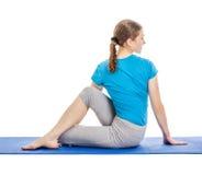 Yoga - giovane bella donna che fa il excerise di asana di yoga isolato Fotografia Stock