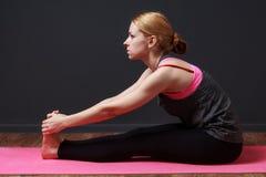 yoga Giovane donna bionda che fa esercizio di yoga Fotografie Stock Libere da Diritti