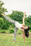 yoga Giovane donna che fa esercizio di yoga all'aperto Fotografie Stock Libere da Diritti