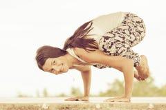 yoga Giovane donna che fa esercizio di yoga all'aperto Fotografia Stock