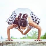 yoga Giovane donna che fa esercizio di yoga all'aperto Fotografia Stock Libera da Diritti