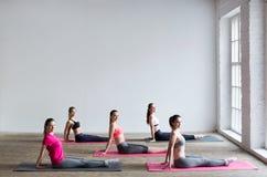 yoga Grupo de mulheres imagens de stock royalty free
