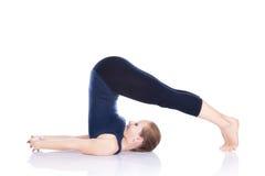Yoga halasana Pflughaltung lizenzfreies stockfoto