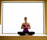 Yoga-Haltung herein auf Fensterbrett Stockbild