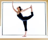 Yoga-Haltung herein auf Fensterbrett Stockfotografie