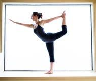 Yoga-Haltung herein auf Fensterbrett Stockbilder