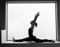 Yoga-Haltung herein auf Fensterbrett Lizenzfreies Stockfoto