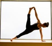 Yoga-Haltung herein auf Fensterbrett Lizenzfreie Stockfotografie