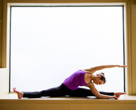 Yoga-Haltung herein auf Fensterbrett Stockfoto