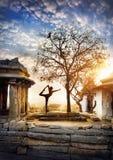 Yoga in Hampi Stockfoto