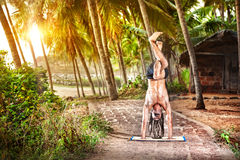 Yoga Handstandhaltung am Sonnenuntergang Lizenzfreie Stockbilder