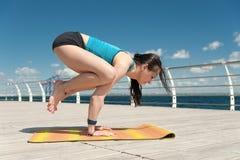 yoga Handstans på havsbakgrunden Fotografering för Bildbyråer