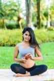 Yoga hermosa de la mujer embarazada con la manzana Fotografía de archivo