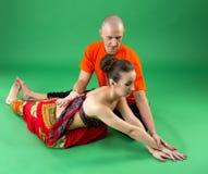 yoga Het beeld van bus helpt vrouw om asana uit te voeren Royalty-vrije Stock Foto's