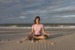 Yoga/het Mediteren bij strand Royalty-vrije Stock Fotografie