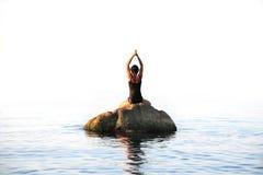 Yoga in het Overzees Royalty-vrije Stock Afbeeldingen