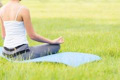 Yoga in het park Stock Afbeeldingen