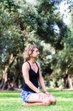 Yoga in het park, openlucht met effect licht, gezondheidsvrouw, Yogavrouw stock foto's