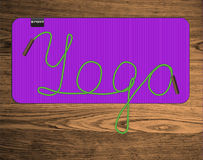 Yoga het van letters voorzien op mat Stock Afbeelding