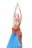 Yoga. Hombre en la posición del virabhadrasana Foto de archivo libre de regalías