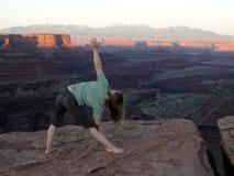 yoga i canyonlands   royaltyfria bilder