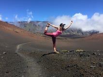 Yoga i den Haleakala krater Royaltyfria Bilder