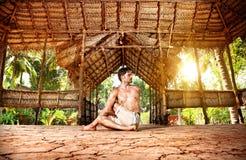 Yoga i indisk shala arkivfoton