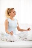 Yoga i morgonen Fotografering för Bildbyråer