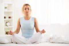Yoga i morgonen Arkivfoto