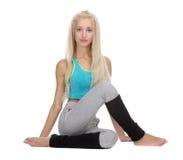 Yoga i natur Ardha Matsyendrasana variation royaltyfri bild