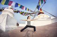 Yoga i Nepal fotografering för bildbyråer