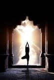 Yoga i tempel Arkivfoto