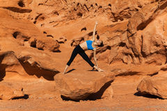 Yoga im Freien auf Felsen Stockbild