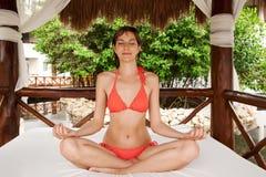 Yoga im Hotel Stockbild