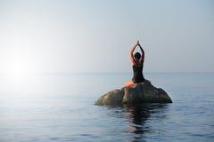 Yoga im Meer stockbilder