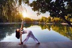 Yoga im Park Lizenzfreie Stockbilder