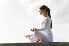 Yoga im Park Stockbild