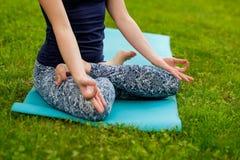 Yoga im Park Frau, die auf Natur meditiert lizenzfreie stockbilder