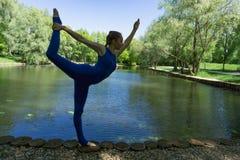 Yoga im Park stockfoto