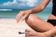 Yoga im See- oder Ozeanstrand Mädchen, das in der Lotoshaltung auf der Tropeninsel Bali, Indonesien meditiert Gesunder Lebensstil stockfotografie