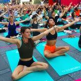Yoga im Times Square stockbild