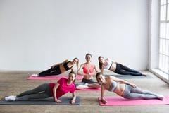 Yoga inomhus royaltyfri fotografi