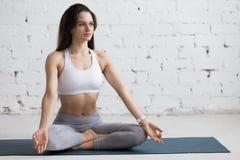 Yoga inomhus: Sukhasana poserar Arkivbild