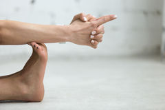 Yoga inomhus: Vajraen Mudra - åska Mudra royaltyfria foton